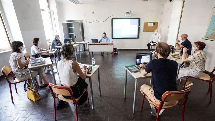 En Italie, les élèves de Terminale passent le Colloquio, l'équivalent du Grand Oral du bac, devant sept personnes,parmi lesquels trois de leurs enseignants. (TINO ROMANO / MAXPPP)