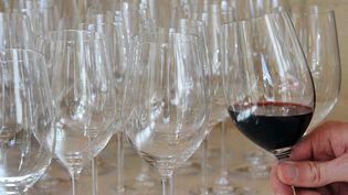 """Illustration""""Complément d'enquête"""" 28 février 2019. Milliardaires, lobbies du vin : vous reprendrez bien un petit verre ? (PIERRE ANDRIEU / AFP)"""