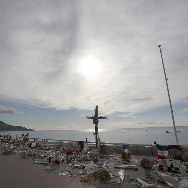 Une femme rend hommage aux victimes des attentats à Nice (Alpes-Maritimes), le 16 octobre 2016. (VALERY HACHE / AFP)