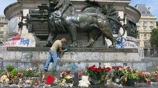 La mairie de Paris a lancé le nettoyage de la statue de la place de la République, le 1er août 2016. Cette opération va se poursuivre jusqu'au 11 août. (MAXPPP)