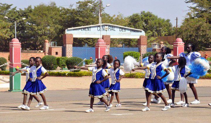 Des écolières défilent à Ouagadougou pour le 52e anniversaire de l'indépendance. Certaines d'entre elles seront contraintes d'abandonner l'école avant la fin de leur cycle d'études pour être mariées de force. (Photo AFP/Ahmed Ouaba)