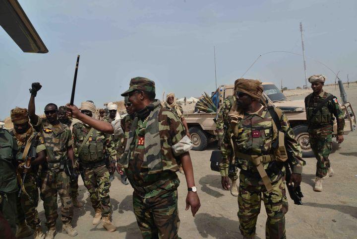 Le président Idriss Déby en treillis militaire vient féliciter ses troupes sur le front après la fuite des jihadistes le 4 avril 2020. (Présidence de la république du Tchad)
