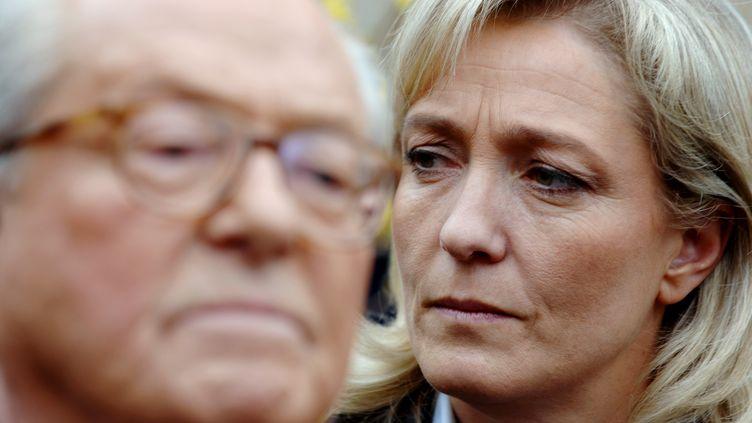 Jean-Marie Le Pen et sa fille, Marine Le Pen, le 17 mars 2007, à La Trinité-sur-Mer (Morbihan). (MARTIN BUREAU / AFP)