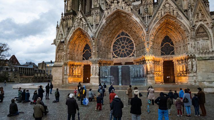 Des catholiques devant la cathédralede Reims (Marne), le 15 novembre 2020, pour demander la reprise des messes publiques, suspenduesdepuis l'entrée en vigueur du confinement. (SANDRINE MARTY / HANS LUCAS / AFP)