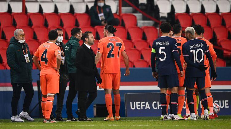 Des incidents sur le banc de touche ont interrompu PSG-Basaksehir (FRANCK FIFE / AFP)
