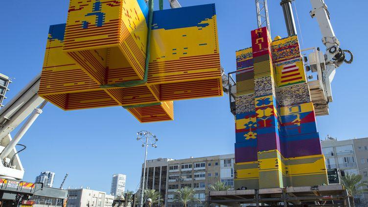 Construction d'une tour en briques de Lego sur la place Rabin de Tel-Aviv (Israël), le 26 décembre 2017 (JACK GUEZ / AFP)