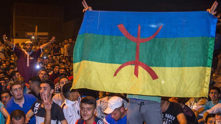 """Le drapeau amazigh, dont l'emblème représente les """"Imazighen"""" ou Berbères, constitue un marqueur fort lors des manifestations dans les régions berbérophones, comme le Rif (nord du Maroc). Photo des manifestations, prise le 11 juin 2017. (FADEL SENNA / AFP)"""