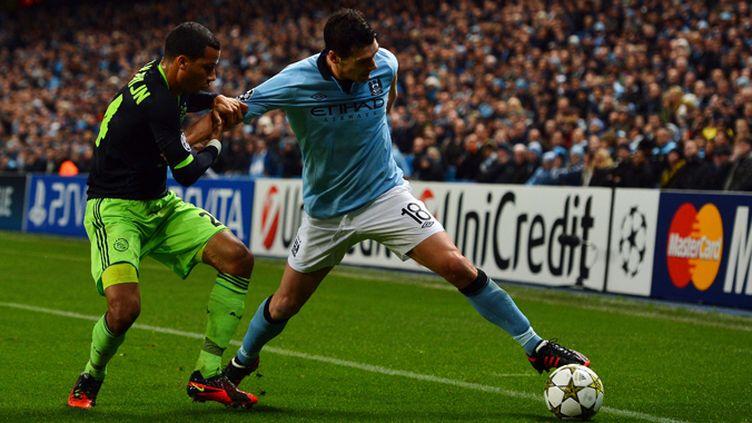Ricardo Van Rhijn (Ajax Amsterdam) tente de stopper Gareth Barry (Manchester City)