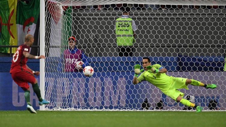 Claudio Bravo, véritable héros, arrête le premier des trois pénalties du Portugal, tiré par Quaresma, en demi-finale de la Coupe des Confédérations 2017 (KIRILL KUDRYAVTSEV / AFP)