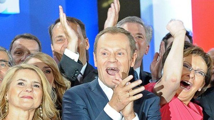 Donald Tusk exprime sa joie : il reconduira sa coalition au gouvernement, du jamais vu depuis la chute du communisme. (JANEK SKARZYNSKI / AFP)