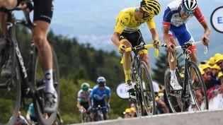Le Français maillot jaune Julian Alaphilippe et son compatriote Thibaut Pinot, lors de la sixième étape du Tour de France, entre Mulhouse et la Planche des belles filles, le 11 juillet 2019. (ANNE-CHRISTINE POUJOULAT/AFP)