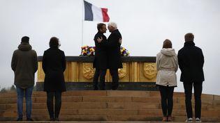 Les présidents français et allemand, Emmanuel Macron et Frank-Walter Steinmeier, lors de l'inauguration de l'historial franco-alleman duHartmannswillerkopfà Watwiller, le 10 novembre 2017. (CHRISTIAN HARTMANN / AFP)