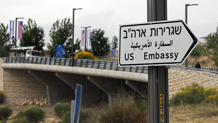 Un panneau indiquant l'ambassade américaine en hébreu, arabe et anglais, le 7 mai 2018 à Jérusalem. (THOMAS COEX / AFP)