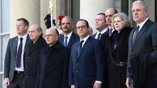 Le président François Hollande et le ministre de l'Intérieur Bernard Cazeneuve reçoivent des dirigeants étrangers à l'Elysée, avant la marche républicaine à Paris le 11 janvier 2015. (DOMINIQUE FAGET / AFP)
