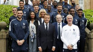 Le président de la République, Emmanuel Macron au côté de l'équipe de France de football à Clairefontaine, le 5 juin 2018. (FRANCOIS MORI / POOL)