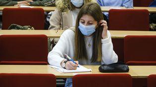 Une étudiante participe à une session deRebond'Sup, un dispositif d'accompagnement à la réorientation des étudiants de 1ère année, le 21 janvier 2021 à Angers (Mainte-et-Loire). (JEAN-MICHEL DELAGE / HANS LUCAS)
