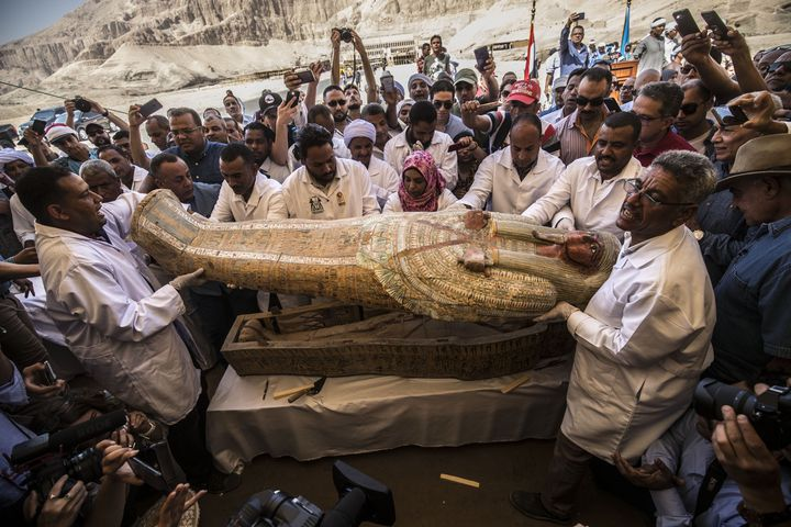 L'un des sarcophages découverts la semaine dernière à Assasif, près de Louxor, dans la Vallée des rois, et montré ce samedi 19 octobre. (KHALED DESOUKI / AFP)