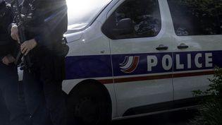 Des policiers devant un commissariat de Nantes, le 26 avril 2021. (ESTELLE RUIZ / HANS LUCAS / AFP)