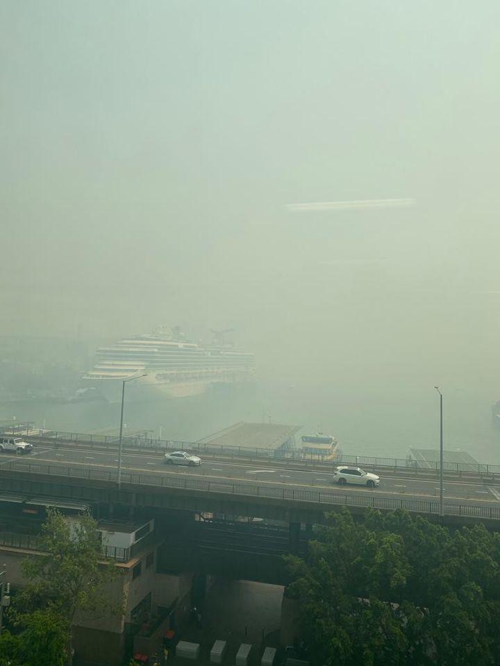 Circular Quay sous la fumée - on ne voit pas le pont de Sydney au fond. Trois millions d'hectares de brousse ont brûlé en trois mois, soit la surface de toute la Belgique (Photo Lequien)