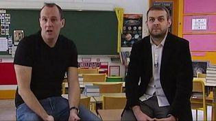 Deux enseignants dans une salle de classe. (CAPTURE D'ÉCRAN FRANCE 2)