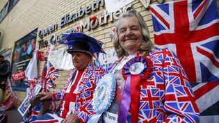 Des inconditionnels de la famille royale britanniquedevant l'hôpital St Mary de Londres, le 27 avril 2015 (TOLGA AKMAN / ANADOLU AGENCY / AFP)