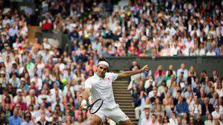 Le Suisse Roger Federer à la volée contre le Polonais Hubert Hurkacz, en quarts de finale de Wimbledon, mercredi 7 juillet 2021. (SHUHEI YOKOYAMA / YOMIURI / AFP)