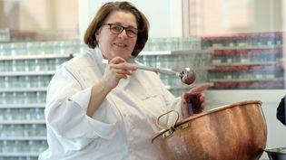 La pâtissière Christine Ferber remplit elle-même chacun de ses pots de confiture artisanalement dans son atelier deNiedermorschwihr. (VANESSA MEYER / MAXPPP)