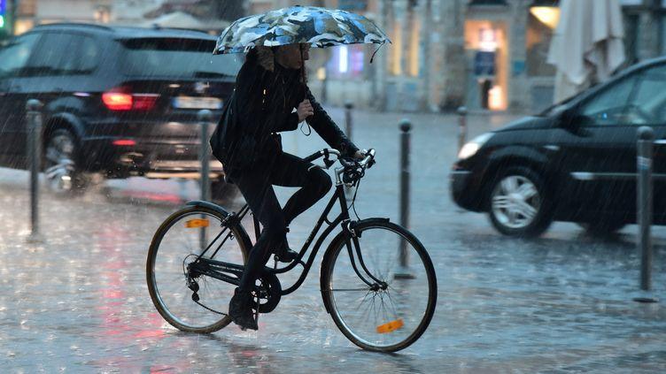 Une grosse averse est tombée sur Lille (Nord), mardi 7 juin 2016. (STEPHANE MORTAGNE / LA VOIX DU NORD / MAXPPP)