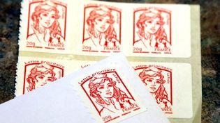 Le timbre rouge passera de 0,76 à 0,80 centimes d'euro. (MAXPPP)