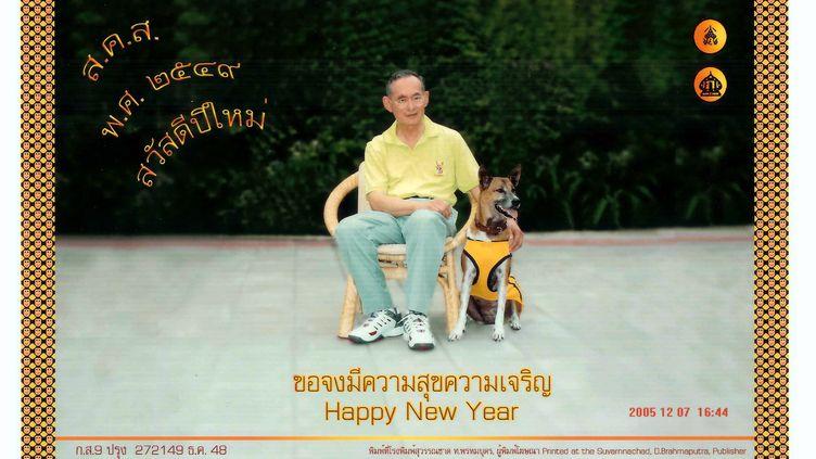 Une carte de vœux du roi de Thaïlande et de sa chienne, avec une photo prise le 7 décembre 2005. (HO NEW / REUTERS)