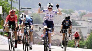 Evita Muzic lève les bras sur la ligne et bat sur le fil Audrey Cordon-Ragot lors de la course en ligne féminine des championnats de France, samedi 19 juin à Epinal. (MAXPPP)
