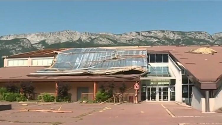 Un violent orage s'est abattu sur la commune de Doussard (Haute-Savoie) lundi 1er juillet alors qu'un concert se déroulait dans la salle polyvalente. (FRANCE 3)