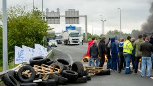 Les employés en grève de MyFerryLink bloquent l'accès au tunnel sous la Manche le 23 Juin 2015 à Calais, (PHILIPPE HUGUEN / AFP)