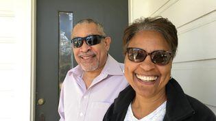 Joane et Brian Toval, sous le porche de la maison de leur voisine, à LaNouvelle-Orléans, en Louisiane. (LUDOVIC PAUCHANT / RADIO FRANCE)