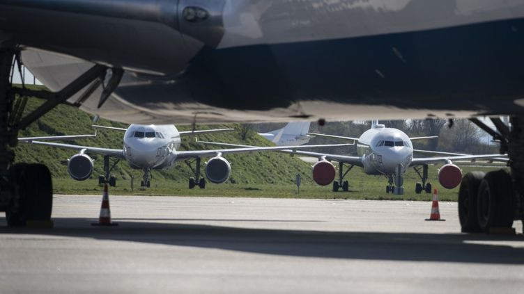 Des avions cloués au sol le 24 mars 2020 à l'aéroport deRoissy-Charles de Gaulle. (THOMAS SAMSON / AFP)