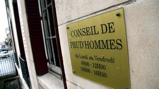 Plaque sur l'immeuble du conseil de prud'hommes de Thionville (Moselle). (MAXPPP)