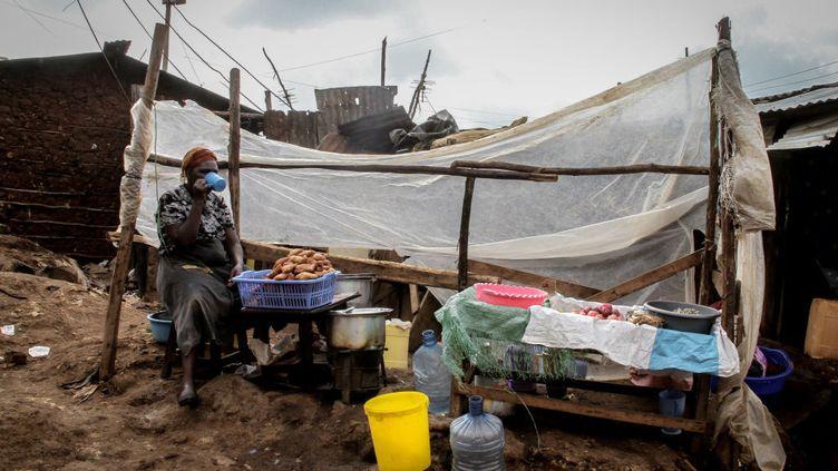Une femme dans un bidonville de Nairobi au Kenya, le 2 janvier 2019. (SOPA IMAGES / LIGHTROCKET)