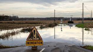 Une inondation provoquée par une crue de l'Adour le 16 décembre 2019, à Onard (Landes). (JEROME GILLES / NURPHOTO / AFP)