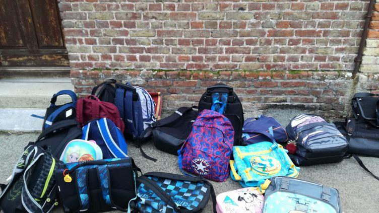 Des cartables dans une cour d'école. (ELODIE TOUCHAIS / RADIO FRANCE)
