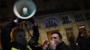 Des manifestants devant le théâtre des Bouffes du Nord, à Paris, le 17 janvier 2020. (LUCAS BARIOULET / AFP)