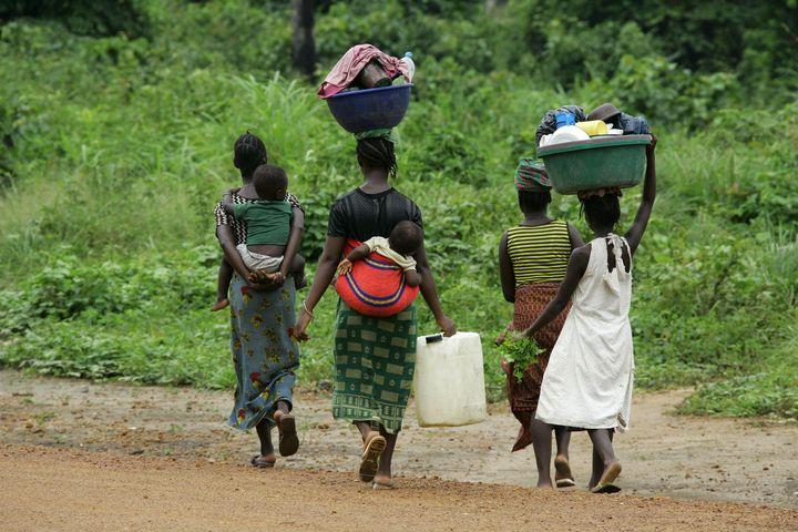 Femmes près de leur village de Tobonda en Sierra Leone, le 19 juillet 2005 (REUTERS - MICHAEL DALDER / X00821)