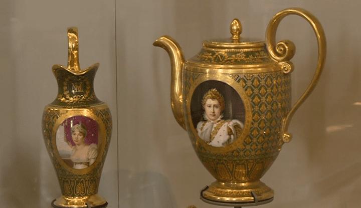 Parmi les nouvelles acquisitions, ce service à thé à l'effigie de la famille impériale.  (France 3 / Culturebox)