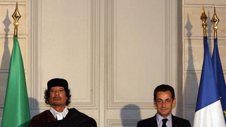L'ancien dictateur lybien, Mouammar Kadhafi, et le président français, Nicolas Sarkozy, le 10 décembre 2007 à l'Elysée. (PATRICK HERTZOG / POOL)