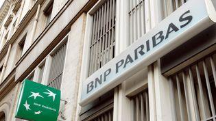 Les salariés et les actionnaires de BNP Paribas pourraient être les grands perdants de l'affaire de l'amende infligée par les Etats-Unis à la banque française. (ERIC PIERMONT / AFP)
