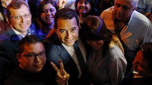 Le candidat à la présidentielle Jimmy Morales pose avec des supporters, le 6 septembre 2015, à Guatemala City (Guatemala). (JORGE LOPEZ / REUTERS)