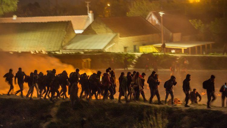 Le camp de migrant de la Grande-Synthe, près de Dunkerque, a été ravagé par les flammes, lundi soir. (PHILIPPE HUGUEN / AFP)