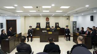Trois des trafiquants condamnés le 7 novembre 2019 pour trafic de fentanyl par la justice chinoise, dans le tribunal de Xintai, au nord du pays. (HANDOUT ONNCC / AFP)
