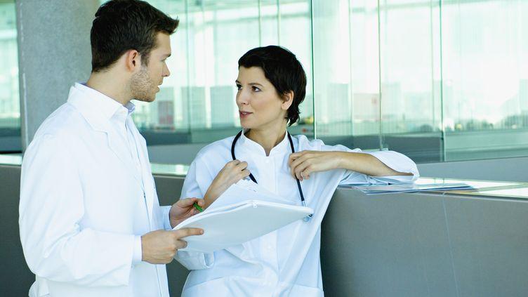 Deux médecins discutent, le 8 mars 2010. (Image d'illustration) (P. BROZE / ONOKY / AFP)