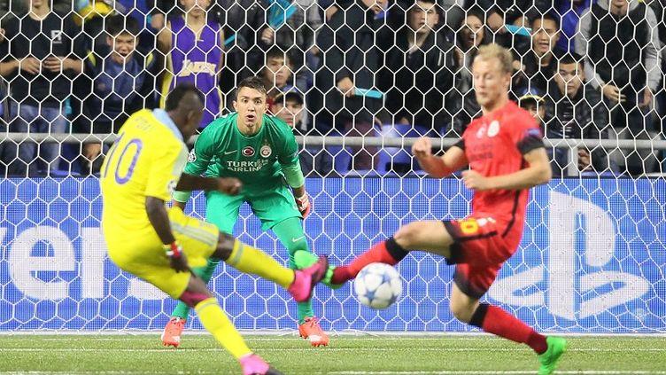Le joueur d'Astana, Kethevgama, tente sa chance face à la défense de Galatasaray et son gardien de but, Fernando Muslera (STANISLAV FILIPPOV / AFP)