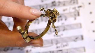 Une ligature en laiton pour protéger l'anche d'un saxophone et en préserver le son, a gagné le concours Lépine. Paris 11 mai 2013 (PIERRE ANDRIEU / AFP)